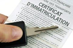 Francuski rejestracyjny świadectwo z samochodowym kluczem obraz stock