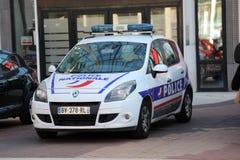 Francuski samochód policyjny Parkujący Przed komendą policji obraz stock