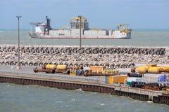 Francuski schronienie Calais z dragowanie statkiem żegluje na zewnątrz h Obrazy Royalty Free