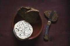 Francuski ser na drewnianym stołu, nożowego i brown chlebie, obraz royalty free