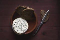Francuski ser na drewnianym stołu, nożowego i brown chlebie, zdjęcia stock