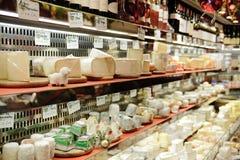 Francuski sera sklep w Paryż z tuziny rodzajami Francuscy chees Fotografia Stock