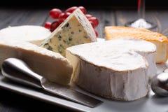 Francuski sera talerz w asortymencie, błękitny ser, brie, Munster, zdjęcie stock