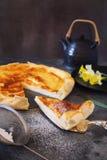 Francuski serowy flan i daffodils Obrazy Stock