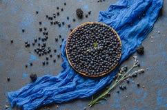 Francuski tarta z czarnymi jagodami na kamiennym błękitnym tle Odgórny widok Fotografia Stock