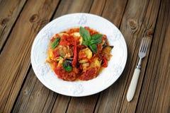 Francuski tian z pomidorem, zuccini i aubergine garnirującymi z fr, Obrazy Stock