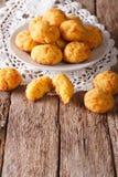 Francuskich ciast gougere z serem na stole pionowo Zdjęcie Stock