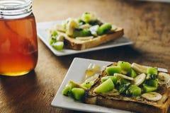 Francuskie grzanki z kiwi, bananem i miodem, Obrazy Stock