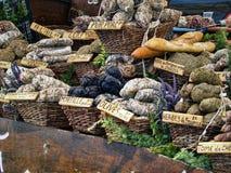 Francuskie kiełbasy przy rynkiem zdjęcia stock
