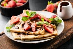 Francuskie krepy z truskawkami i czekoladowym kumberlandem zdjęcia stock