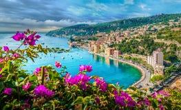 Francuskiego Riviera wybrzeże z średniowiecznym grodzkim Villefranche sura Mer, Ładny, Francja fotografia stock