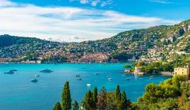 Francuskiego Riviera wybrzeże z średniowiecznym grodzkim Villefranche sura Mer, Francja fotografia stock