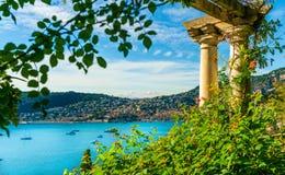 Francuskiego Riviera wybrzeże z średniowiecznym grodzkim Villefranche sura Mer, Francja zdjęcie stock
