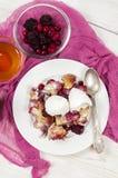 Francuskiej grzanki potrawka z jagodami i waniliowym lody na whi fotografia stock