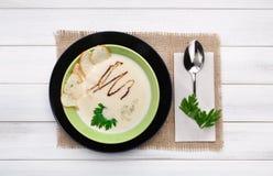 Francuskiej kuchni restauracyjny karmowy odgórny widok śmietankowa pieczarkowa polewka Obrazy Royalty Free
