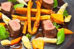 Francuzów dłoniaki i piec na grillu mięso fotografia stock