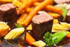 Francuzów dłoniaki i piec na grillu mięso zdjęcie stock