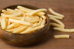 Francuzów dłoniaki lub kartoflany dłoniak w drewnianym pucharu kładzeniu na tle bieliźnianym i drewnianym zdjęcie stock