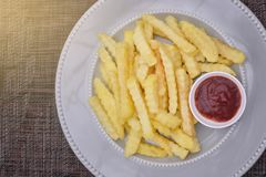 Francuzów dłoniaki na talerzu z ketchupem Zdjęcia Royalty Free