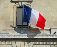 Francuz flaga przy fasadą Obraz Royalty Free