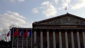 Francuz i chi?czyk zaznaczamy w wiatrze przed zgromadzeniem narodowym zdjęcie wideo