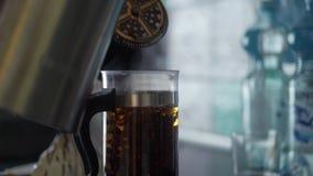 Francuz prasa z gorącą herbatą zbiory wideo