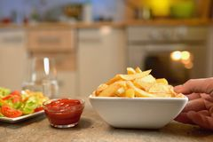 Francuz sałatka na stole i dłoniaki zdjęcia stock