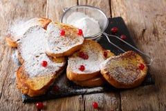 Francuz smażył grzankę z cukieru proszkiem i jagody zakończeniem Horiz zdjęcia royalty free