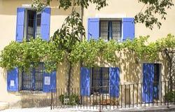 Francuza dom, błękitna żaluzja. Provence. zdjęcia royalty free