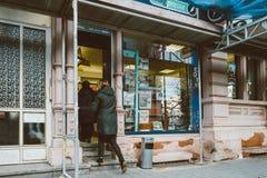 Francuza prasowego kioska wejścia klientów gazetowi ludzie Fotografia Stock