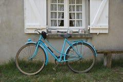 Francuza stary błękitny bicykl Zdjęcie Royalty Free