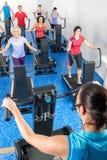 förande running treadmill för gruppkonditioninstruktör Arkivbilder