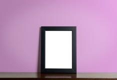 Frane in bianco della foto sullo scaffale di legno con il rosa Fotografie Stock Libere da Diritti