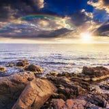 Frangiflutti del mare circa i massi con l'arcobaleno Fotografia Stock Libera da Diritti