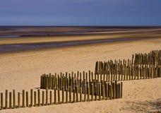 Frangiflutti di legno sulla spiaggia Fotografia Stock Libera da Diritti