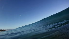 Frangiflutti praticanti il surfing dell'oceano blu sopra la macchina fotografica in Hawai Fotografie Stock