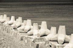 Frangiflutti sul mare della banca nei toni beige Fotografia Stock Libera da Diritti