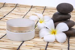 Frangipani spa σύνολο, moisturizer, γυαλισμένη πέτρα Στοκ Φωτογραφία