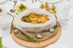 Frango assado e cebolas caramelizadas na placa de madeira no branco Frango frito, Fotografia de Stock