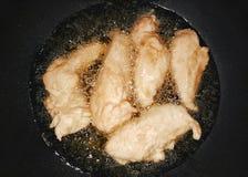 Frango frito com óleo de palma fotografia de stock