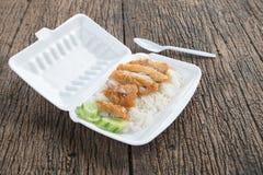 Frango frito com arroz na caixa da espuma imagens de stock royalty free