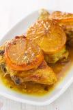 Frango frito com a laranja no prato branco Imagens de Stock