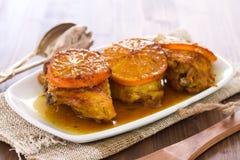 Frango frito com a laranja no prato branco Imagem de Stock Royalty Free