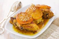 Frango frito com a laranja no prato branco Fotos de Stock Royalty Free