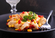 Frango frito com milho e pimentas vermelhas doces Imagens de Stock Royalty Free