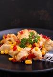Frango frito com milho e pimentas vermelhas doces Fotografia de Stock Royalty Free