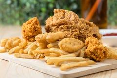 Frango frito com pepita e batatas fritas Imagem de Stock Royalty Free
