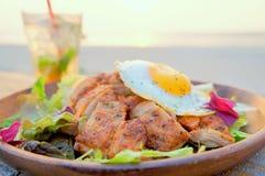 Frango frito com salada e ovo na praia fotografia de stock royalty free