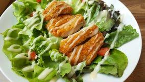 Frango frito panado com o tomate verde orgânico da salada de caesar na tabela de madeira no restaurante ocidental Imagem de Stock Royalty Free