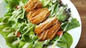 Frango frito panado com o tomate verde orgânico da salada de caesar na tabela de madeira no restaurante ocidental, propaganda do  Fotos de Stock